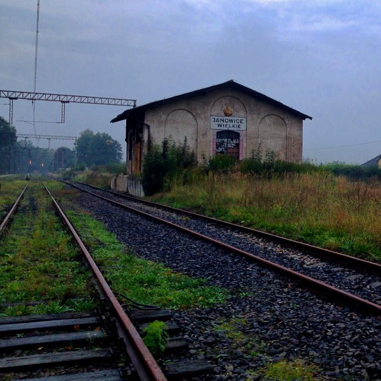 Janowice Wielke train stop